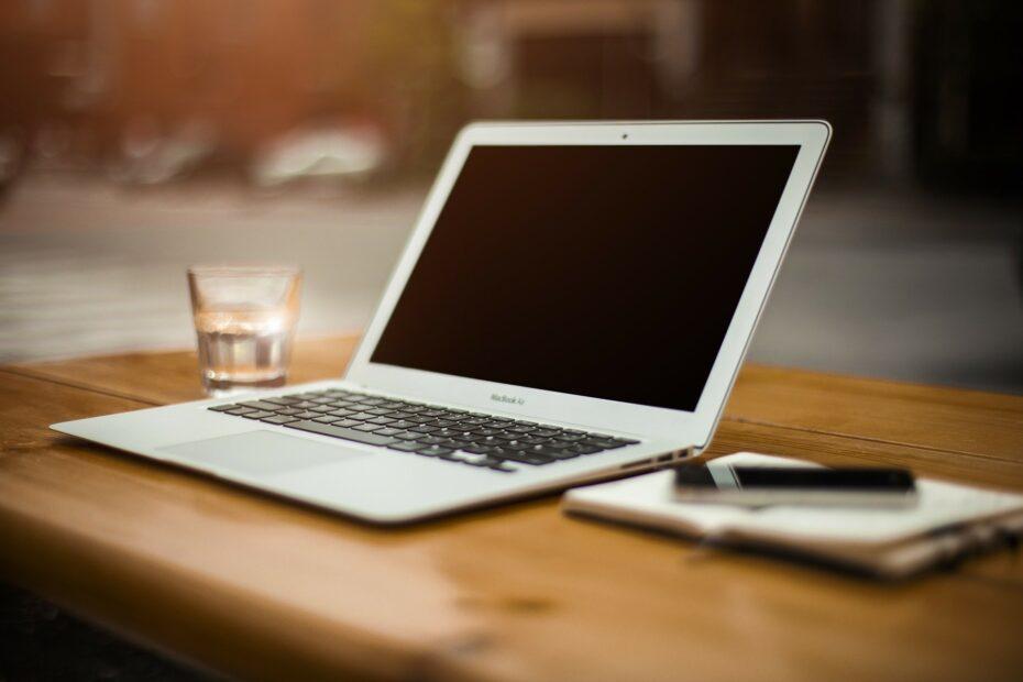 Laptop w biurze, symbolizuje to odpowiedź na pytanie jaki certyfikat wybrać